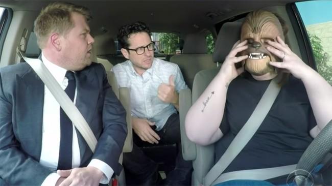 James Corden, J.J. Abrams y Candace Payne con su máscara de Chewbacca
