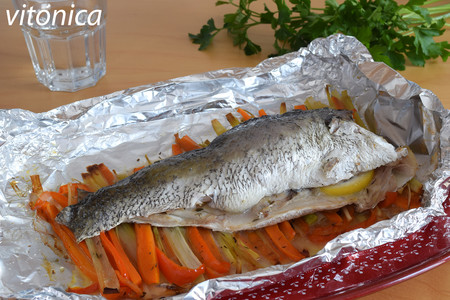 Corvina al papillote con verduras: receta saludable de pescado al horno