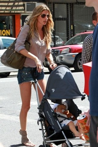 Look de calle de las famosas: Sarah Jessica Parker vs Gisele Bundchen, dos estilos informales