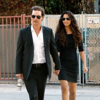 Matthew McConaughey y Camila Alves con las gafas de sol Gold Edition de Dolce & Gabbana