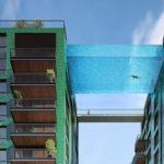 Nadar mientras parece que vuelas es el alucinante efecto de esta piscina de 30 metros entre dos edificios