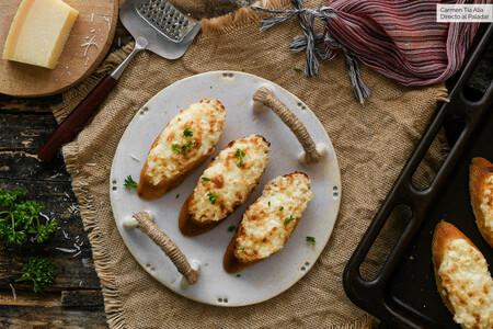 Tosta vegetariana de cebolla, mayonesa y queso parmesano
