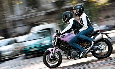 Un ayuntamiento de Indonesia prohibe a las mujeres montar en moto a horcajadas