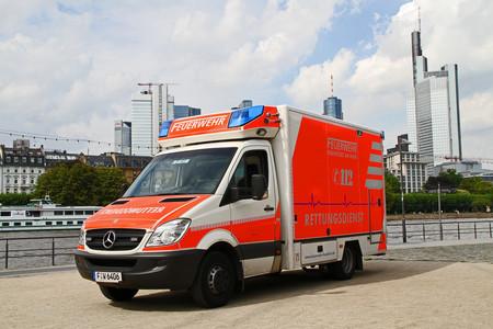 Mira cómo reaccionan los conductores al escuchar la sirena de una ambulancia... en Alemania