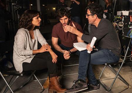 Los protagonistas hablando con el director de El Accidente