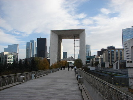 El cubo de cuatro dimensiones y 300.000 toneladas que hay en mitad de París