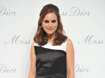 ¡Atención, atención! Natalie Portman se enfunda en un Dior bicolor y nos deja con la boca abierta