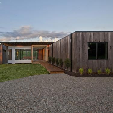 La casa Copperwood, una casa en Indiana revestida de madera de fresno y cristal para integrarse en el paisaje