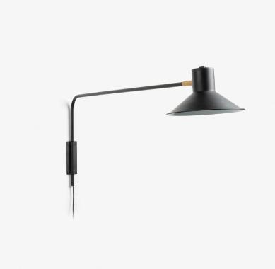 Aplique de pared articulado con brazo y pantalla de acero pintado negro y con un pequeño detalle de latón auténtico.