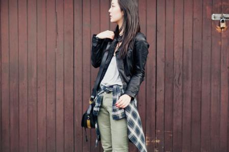 Llega una nueva tendencia de street style: anúdate la camisa a la cintura
