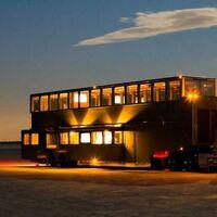 La impresionante autocaravana de Will Smith de dos pisos cuenta con un cine para 30 personas... ¡y la puedes alquilar!