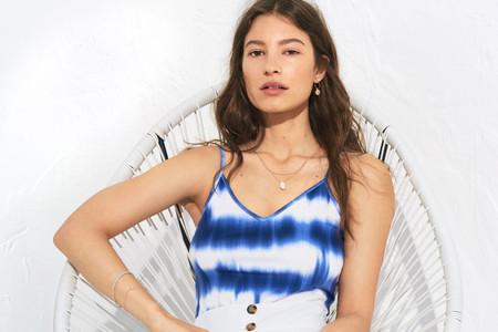 El tie dye invade la nueva colección de H&M y la tiñe de azul y blanco
