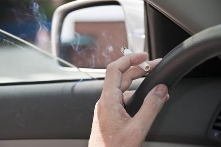 Debería prohibirse fumar en el coche cuando hay niños, ¿no lo crees?