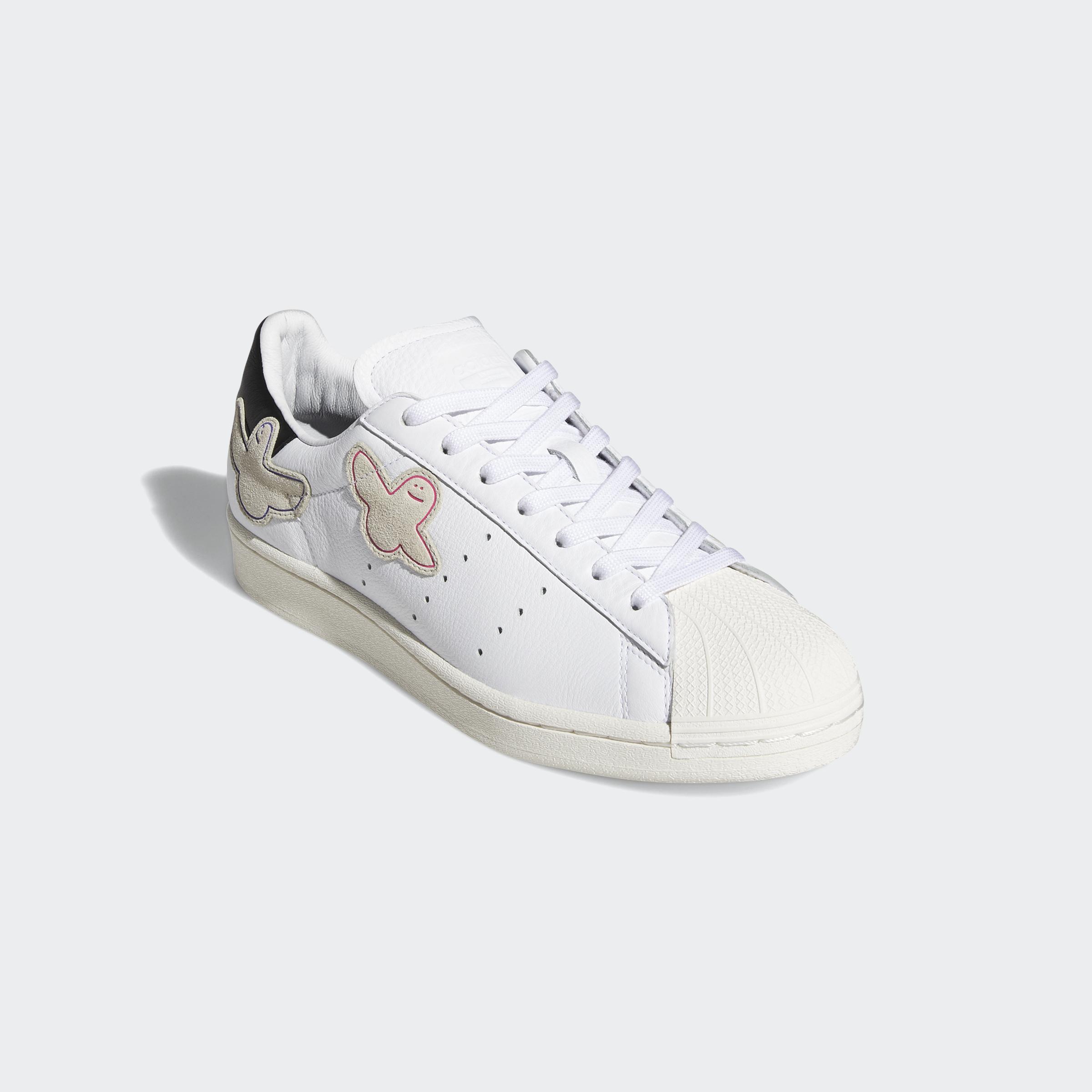 Para celebrar el 50 aniversario de la zapatilla Superstar, Mark Gonzales actualiza su legendaria silueta añadiendo el logotipo de Shmoo a la parte superior suave.