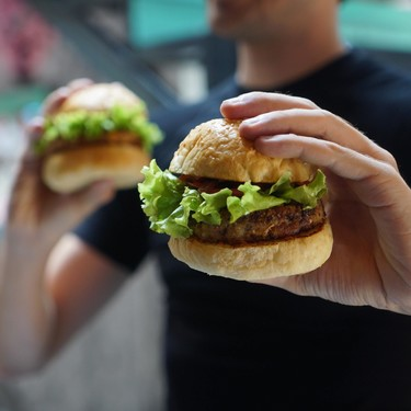 ¿Vas a comer en un fast food? Estos trucos pueden ayudarte a ingresar menos calorías por comida