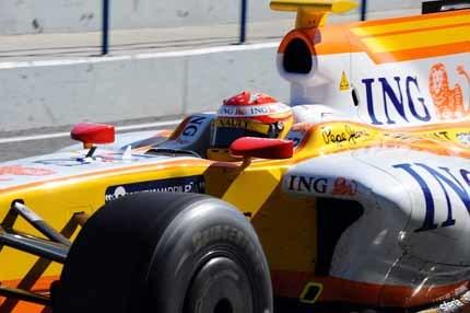 Hamilton manda y Alonso 'resucita' al R29 en Jerez