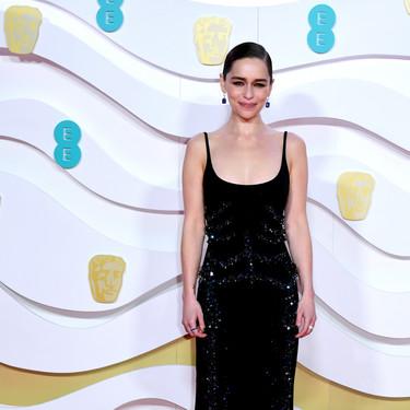 Emilia Clarke deslumbra con un vestido negro repleto de pedrería en la alfombra roja de los BAFTA 2020