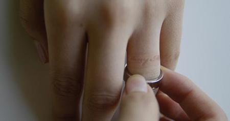 Anillo con mensaje... grabado en la piel