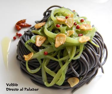 Espaguetis negros con judías verdes y chips de ajo