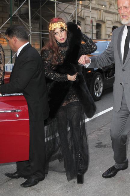 ¿Extravagante la presentación del perfume de Lady Gaga? Noooo, casi noooo...