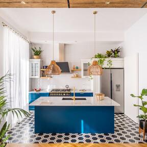 El color y la luz se abren paso en este piso en Roma de 80 m2