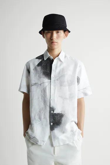 Camisa gris con estampado abstracto de Zara