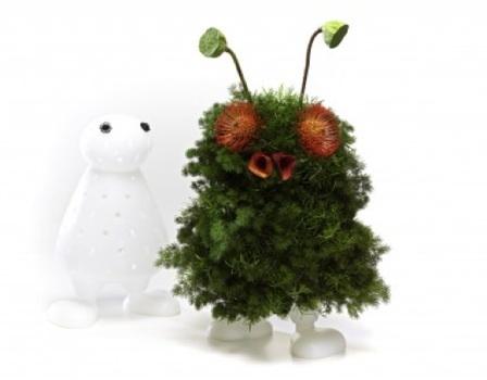 Un jarrón o... ¿un muñeco que se viste con las flores?