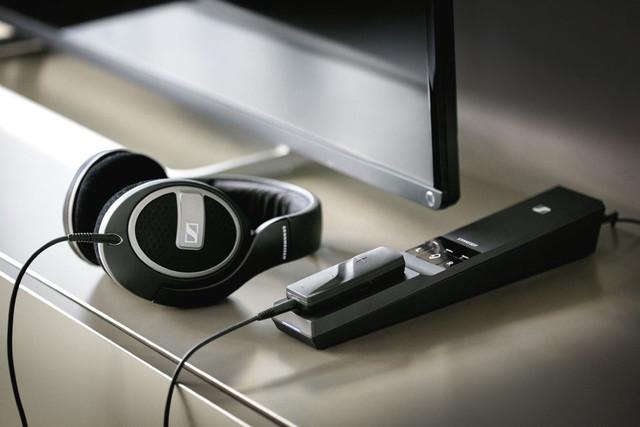 Sennheiser presenta nuevos auriculares y transmisores inalámbricos para ver la tele sin molestar a la familia