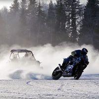 ¿Demasiado frío para montar en moto? Este duelo de derrapes sobre hielo es lo más loco que vas a ver hoy