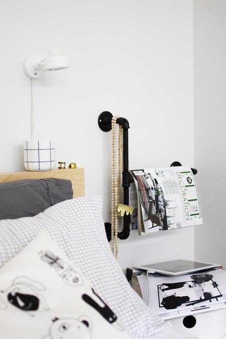 Una buena idea: una tubería junto a la cama como revistero y joyero
