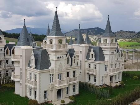 El triste final de una villa francesa en Turquía: las 730 casas al estilo Disney que terminaron abandonadas