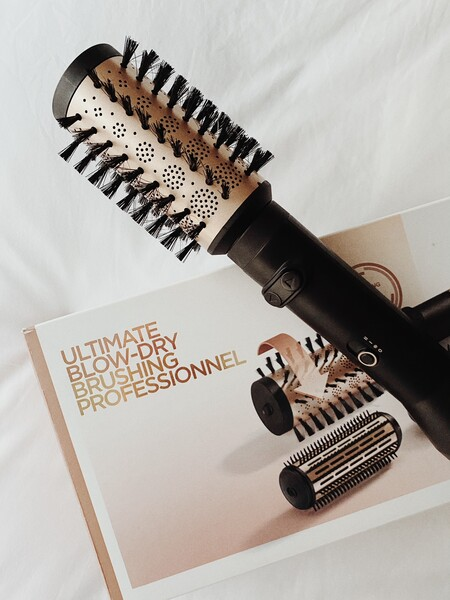 Ponemos a prueba el cepillo eléctrico rotatorio de Babyliss con el que podemos alisar o rizar el pelo