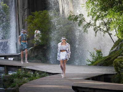 La mujer Chanel se viste con complementos de PVC en su colección Primavera-Verano 2018