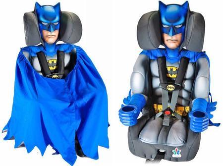 Lleva a tu hijo en el coche en los brazos de Batman