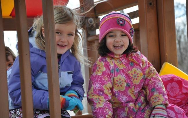 unas niñas jugando en invierno