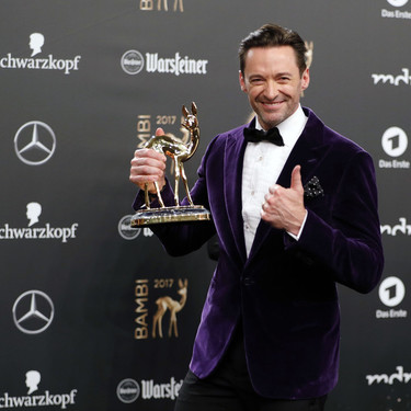 Hugh Jackman de morado y terciopelo para los Bambi Awards en un impecable look festivo