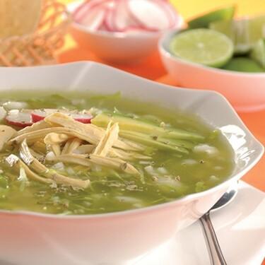 Pozole verde con pollo. Receta fácil de la cocina mexicana