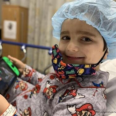 Nathan regresó a su colegio tras 900 días de lucha contra el cáncer y 300 niños le aclamaron por su valentía