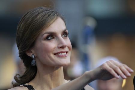 La pedrería de color negro viste a la Reina Letizia para impresionar en los Premios Princesa de Asturias