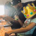 La fotografía viral de una pareja junto a una niña que viajaba sola nos muestra que no cuesta nada ser amable y empático