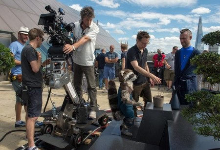 James Gunn da instrucciones en el set de Guardianes de la Galaxia