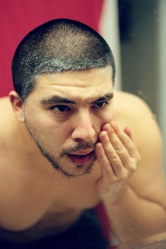 limpieza del rostro masculino