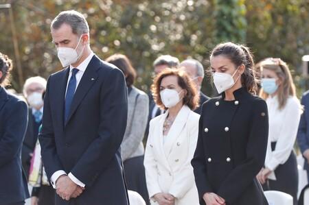 De riguroso negro y con uno de sus abrigos más bonitos asistió la reina Letizia al acto homenaje a las víctimas del terrorismo