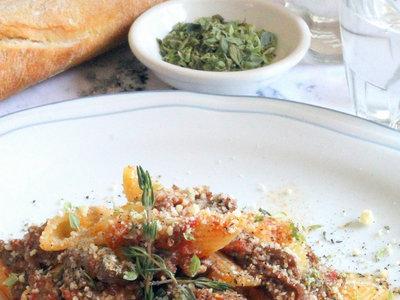 Penne rigate con tiras de carne especiada, una receta diferente de pasta