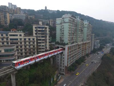 China insólita: el tren que atraviesa un edificio de 19 pisos