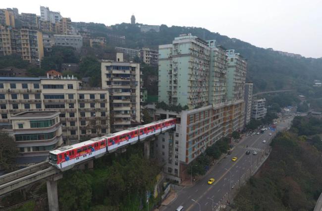 China Insolita El Tren Que Atraviesa Un Edificio De 19 Pisos