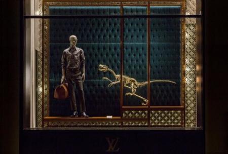Los dinosaurios toman los escaparates de Louis Vuitton