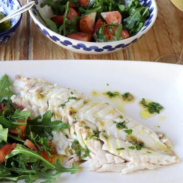 Receta de pargo a la sal con aderezo verde y ensalada de rúcula