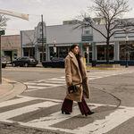 17 looks de street style que confirman que un abrigo teddy es todo lo que necesitamos en invierno
