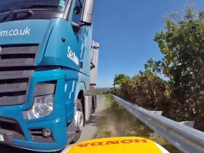 Suerte extrema nivel: ir demasiado rápido para frenar y no comerse un camión por milímetros